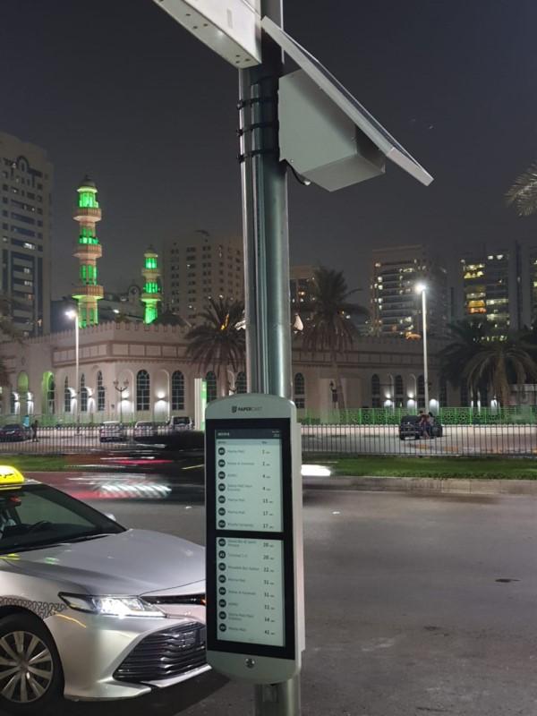 ePaper-Anzeige an einer Bushaltestelle in Abu Dhabi (Foto: Papercast)