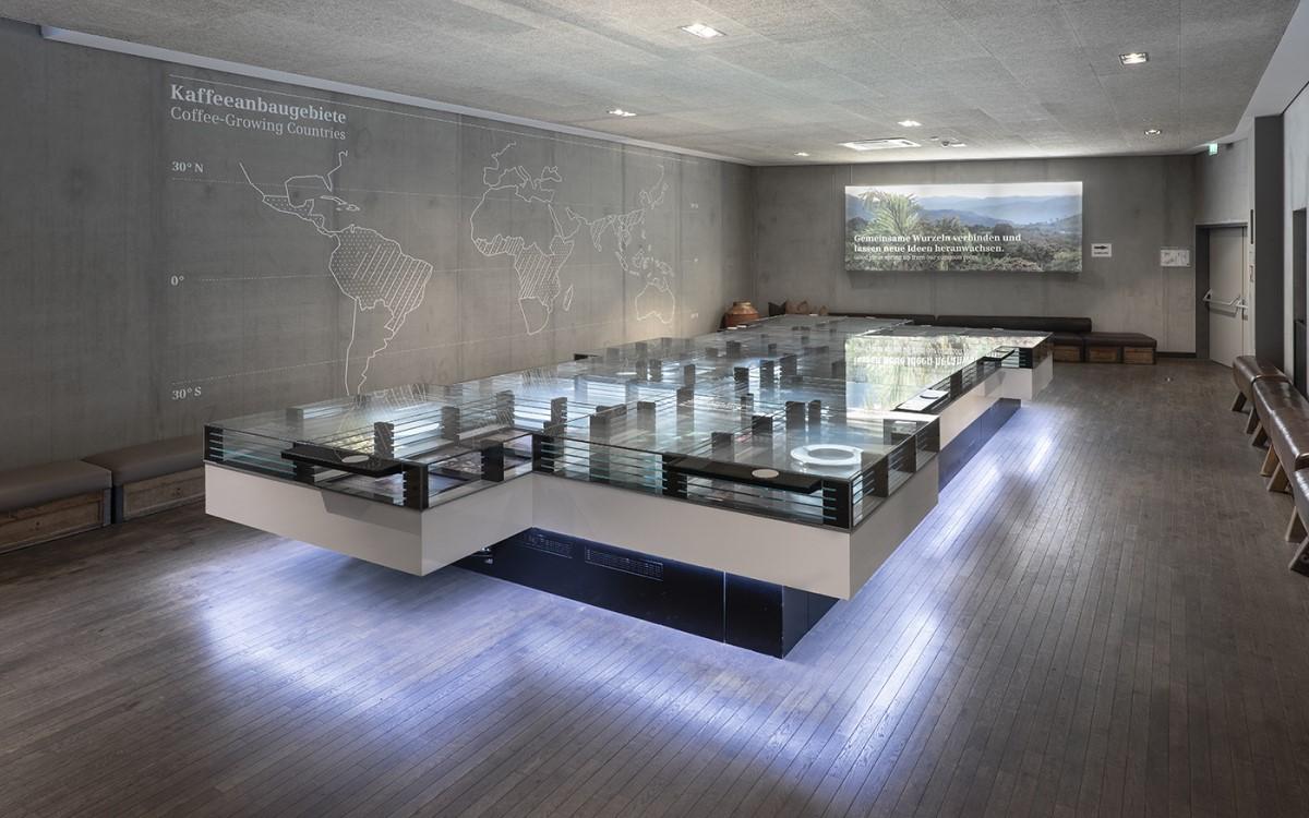 Der interaktive Tisch im Zentrum der Dinzler Kaffeerösterei nimmt Besucher auf eine digitale Kaffeereise mit (Foto: Alex Gretter/Peakmedia)