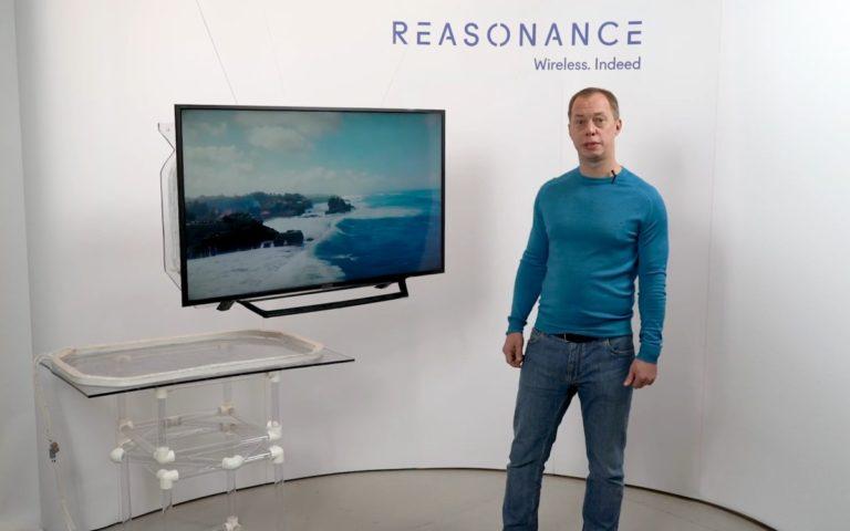 Die Technologie von Reasonance ermöglicht die drahtlose Stromversorgung etwa von Displays über eine Distanz von 50cm (Foto: Screenshot)
