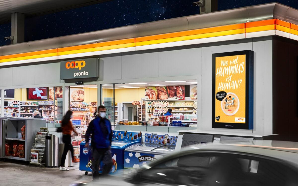 Coop Pronto Tankstellen-Shop in der Schweiz mit Werbeflächen von Clear Channel (Foto: Bildmontage mit Hintergrund aus 2019/Clear Channel)