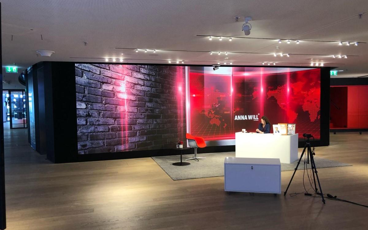 Vodafone Chief Financial Officer & Director Strategy Anna Dimitrova vor der neuen Samsung LED-Wall bei der Aufnahme eines Webcast (Foto: Vodafone)