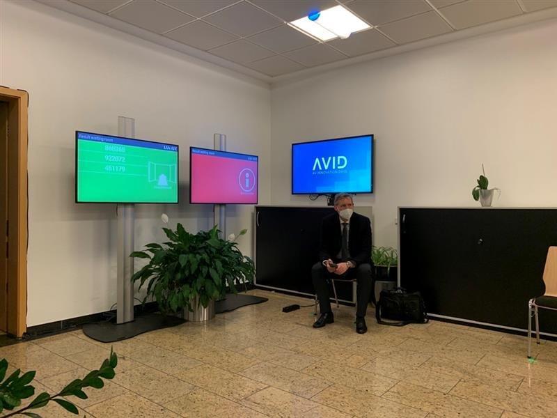 Florian Rotberg wartet auf das Ergebnis seines Corona-Checks, dem sich jeder Teilnehmer der AVID unterziehen muss (Foto: invidis)