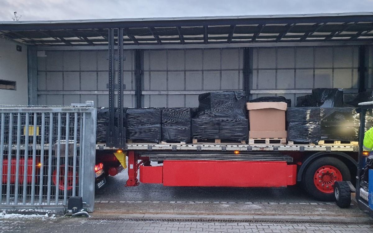 Auf dem Weg von Oxford nach Erlangen – LKW mit Paletten von AV-Halterungshersteller Unicol (Foto: Unicol Deutschland)