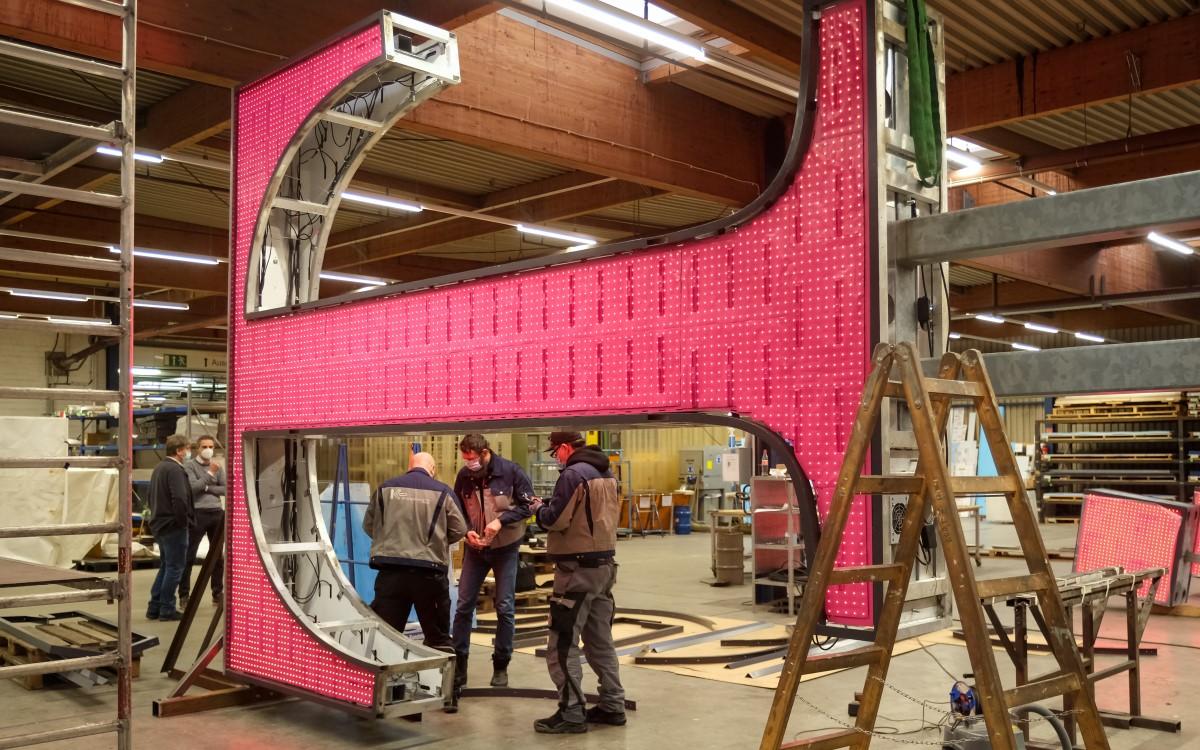 In der Werkstatt: Das T wird mit LED-Videofolie modernisiert (Foto: Telekom)