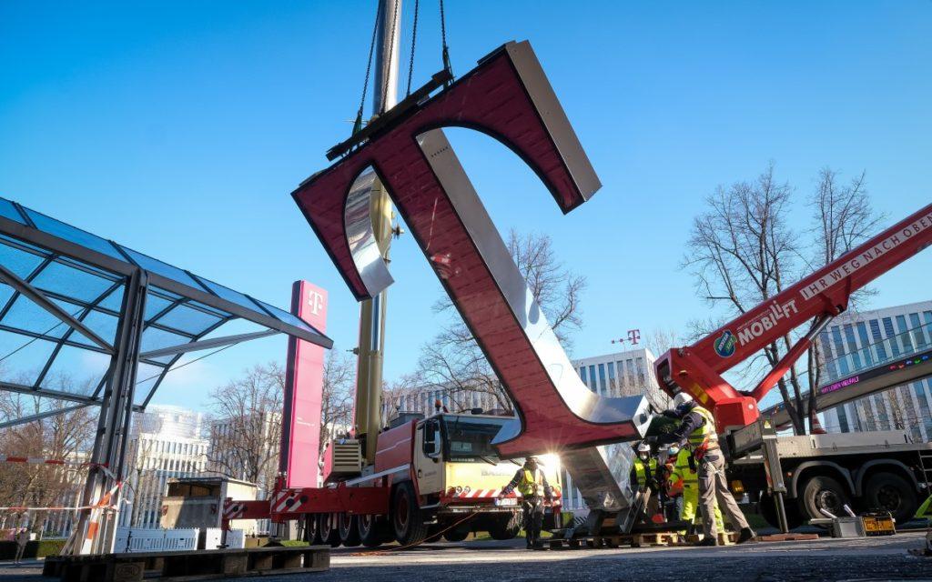 Letzte Vorbereitungen kurz vor der Montage in 26 Meter Höhe (Foto: Telekom)