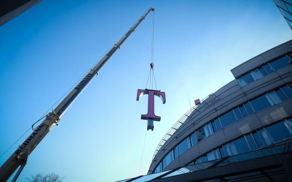 Ein Kran befördert das 1,5 Tonnen schwere T auf das Dach der Konzernzentrale (Foto: Telekom)