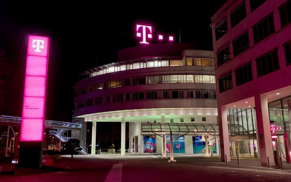 Das magenta T erstrahlt in LED auf der Telekom-Zentrale in Bonn (Foto: Telekom)