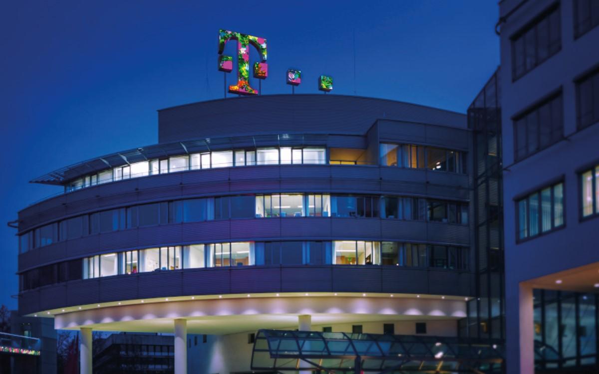 Das neue LED-Logo der Telekom auf der Zentrale in Bonn zeigt einen Blumengruß zum anstehenden Valentinstag (Foto: Telekom)