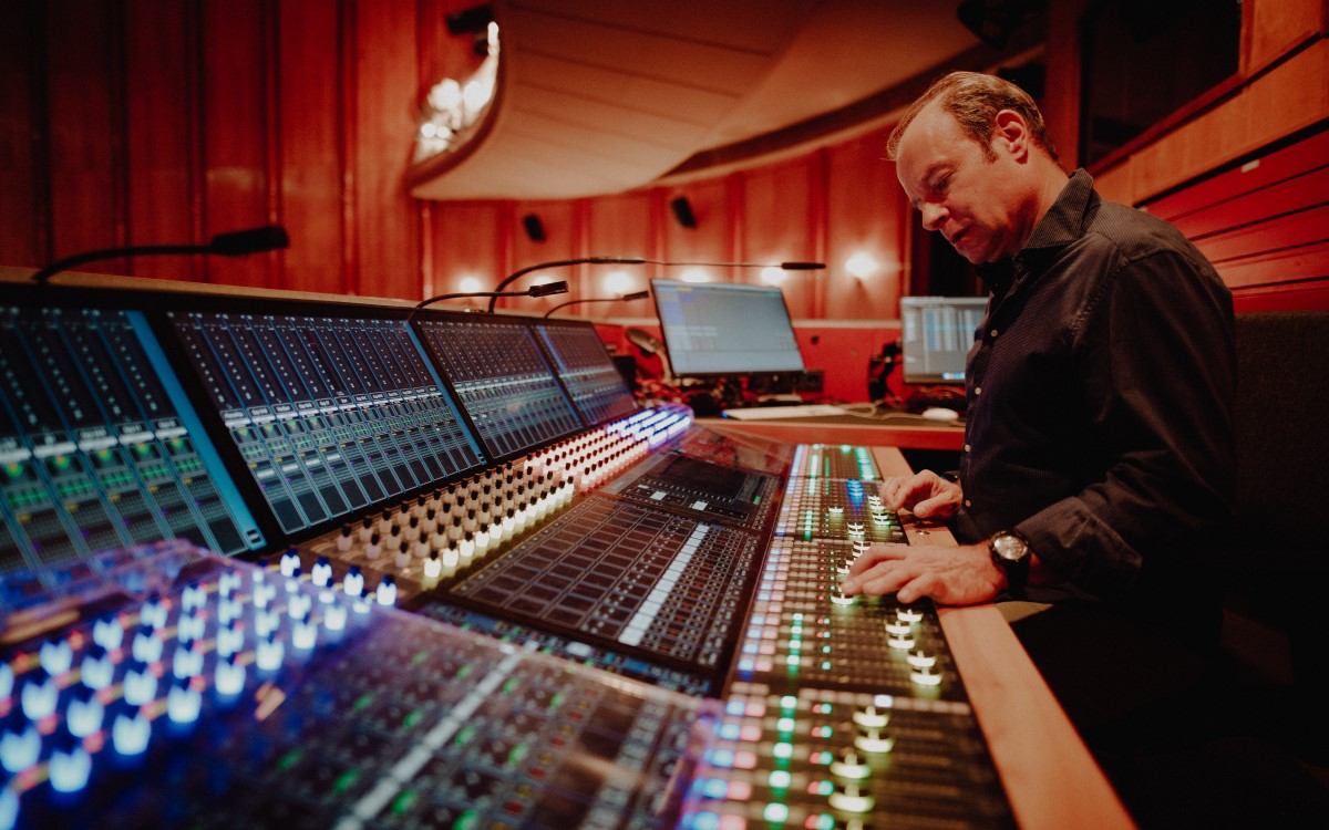 Klaus Dobbrick, Leiter der Ton und Video Abteilung der Berliner Volksbühne, am neuen AVATUS Mischpult, das ASC installierte (Foto: Christoph Eisenmenger/Basslord Pictures)