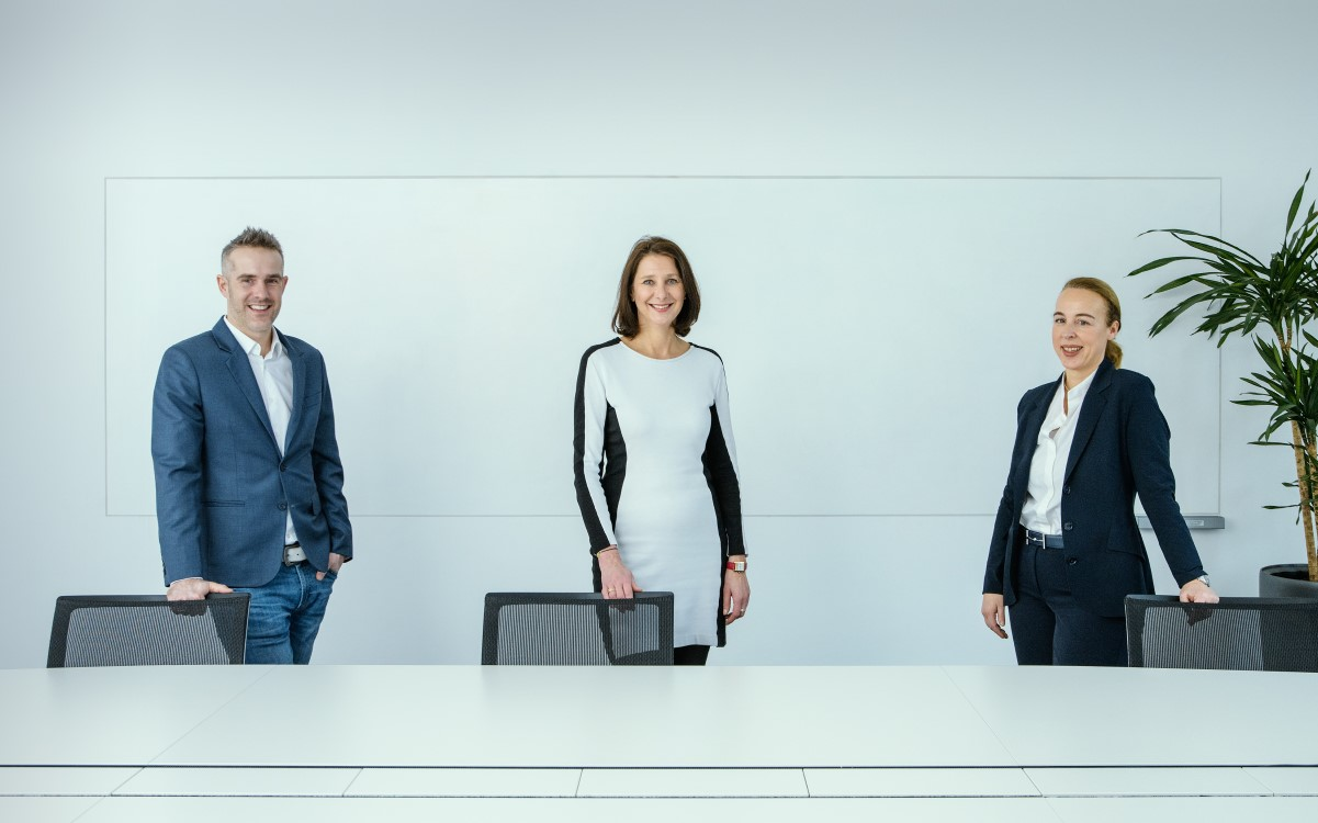 v.l.: Der neue Head of Marketing Philip Haubner, CSO Andrea Groh und die neue Head of Sales Theresa Sternbach (Foto: Gewista/Andreas Tischler)