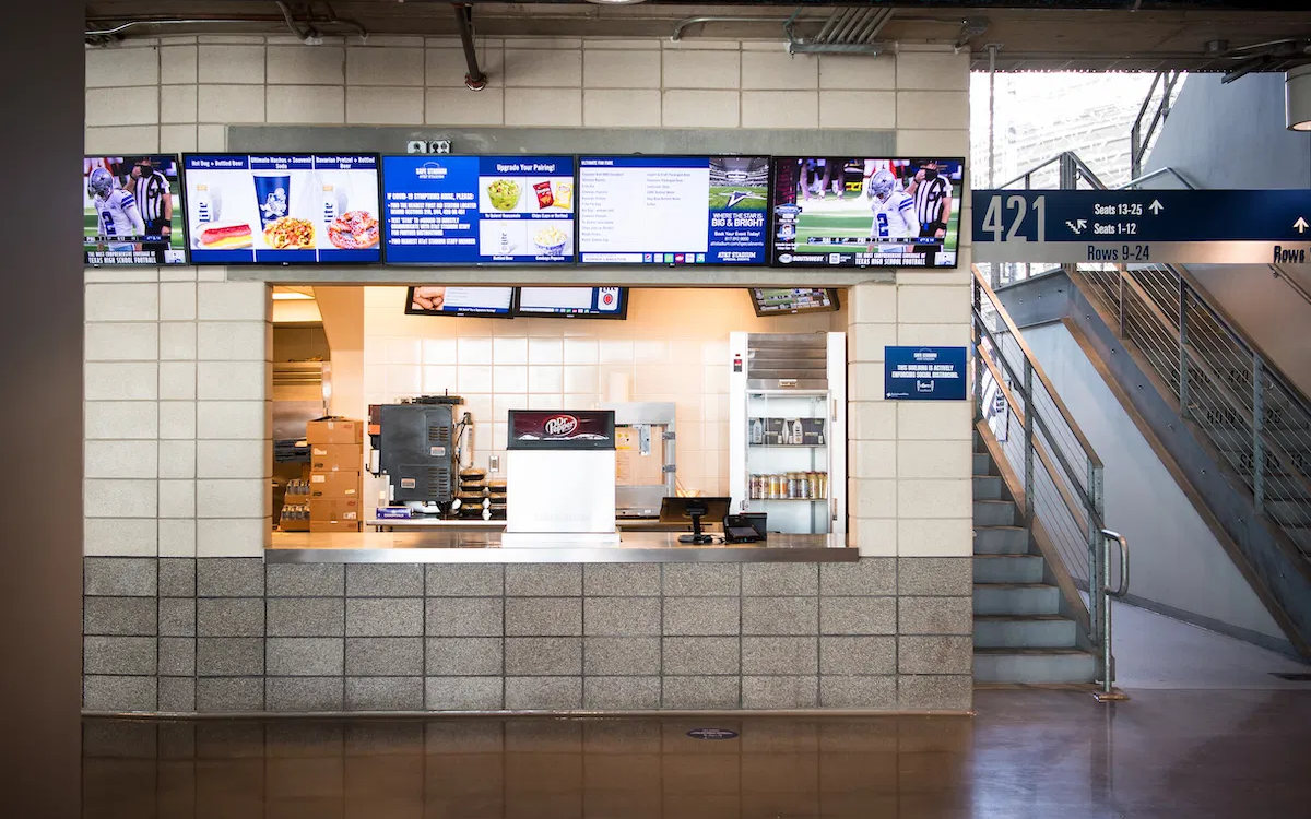 "55""-Displays von LG über einem Food-Counter im Dallas Cowboys AT&T Stadium (Foto: LG)"