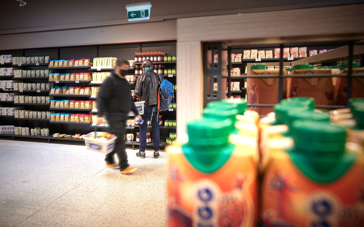 Im Real-Life-Marktforschungssupermarkt go2market wird unter Beobachtung eingekauft, damit die Industrie Echtzeitdaten zu ihren produkten erhält (Foto: Günther Zipfelmayer für go2market)