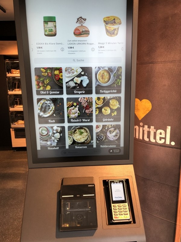 Großer Touchscreen im Mini-Edeka zum 24/7-Bestellen vor Ort (Foto: DB)