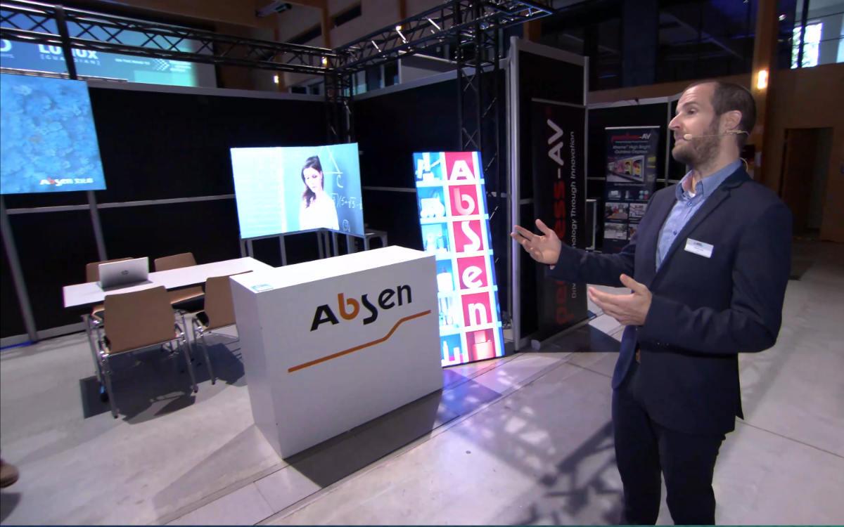 Tobias Lang beim AVID Messerundgang vor dem Stand von Absen (Foto: Screenshot)