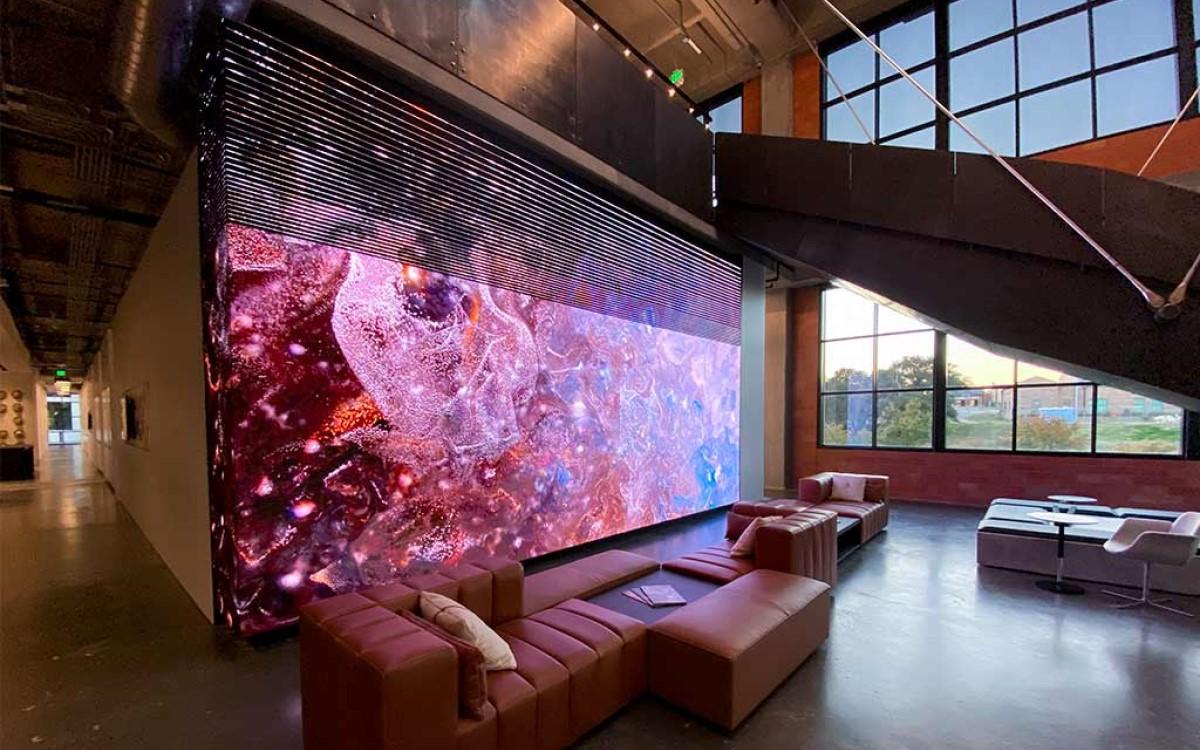Die SNA Installation für Gensler kombiniert LED-Wall mit Stripes für einen besonderen Effekt (Foto: SNA Displays)