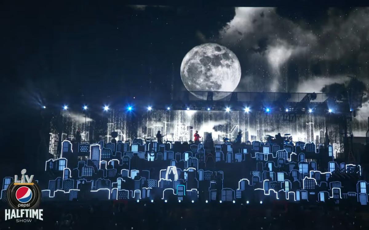 Die Super Bowl Halftime-Show mit The Weeknd vor einer massiven LED-Wall (Foto: Screenshot)
