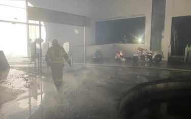 Das zerstörte Top Mountain Crosspoint Museum in Tirol nach einem Feuer, ausgelöst durch einen Defekt in einem Display (Foto: Feuerwehrverband BST IMST/Feuerwehr Gurgl)