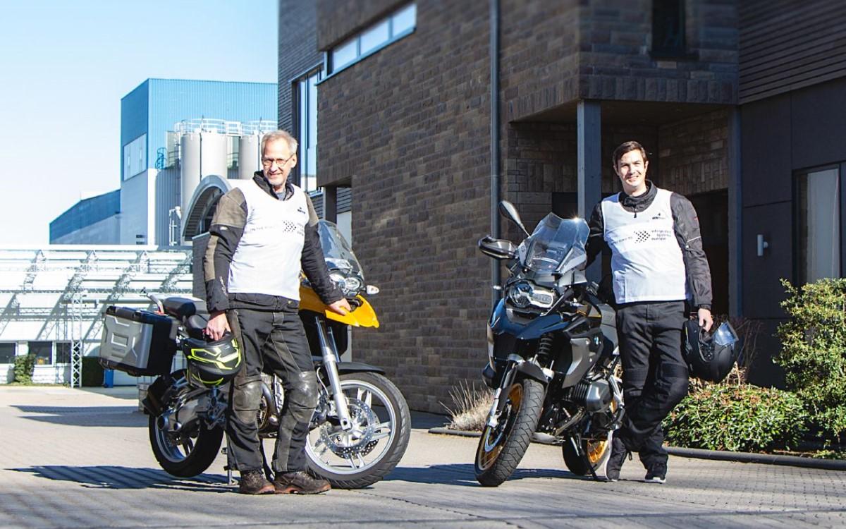 Michael Hoffstadt (l.) und Peter Mathia starten bald auf dem Motorrad zur ISE 2021 in Barcelona (Foto: Lang AG)