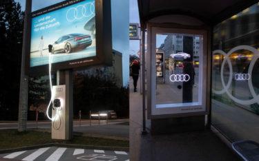 DooH-Kampagnen für den Audi RS e-tron GT in Österreich: links ein Posterlight von Epamedia mit Ladesäule, rechts eine Wartehalle der Gewista mit Branding und 3D-Hologramm (Foto: Epamedia/Gewista)