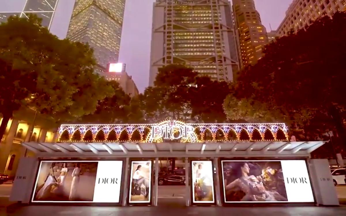 Eine der WallDecaux Highlight-Kampagnen 2020: Wartehallenbranding für Dior in Hongkong (Foto: Screenshot)