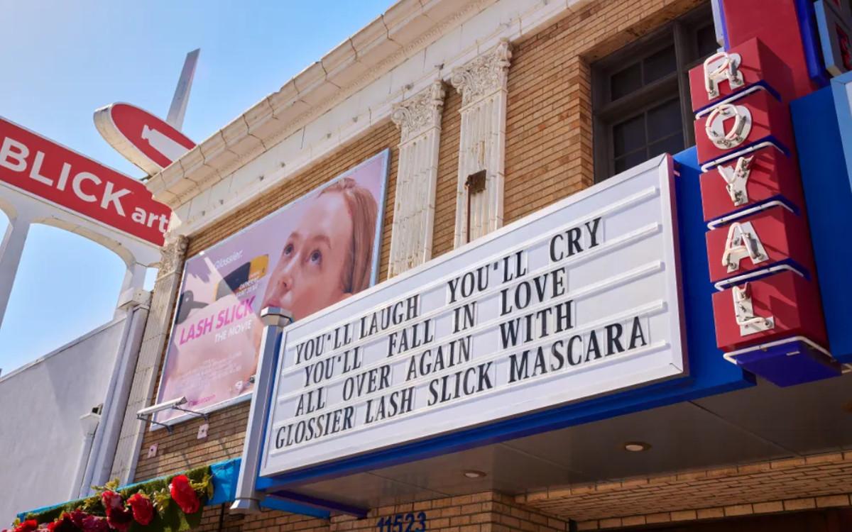 Glossier wirbt an einem Kino in New York für seinen neuen Mascara (Foto: Glossier)