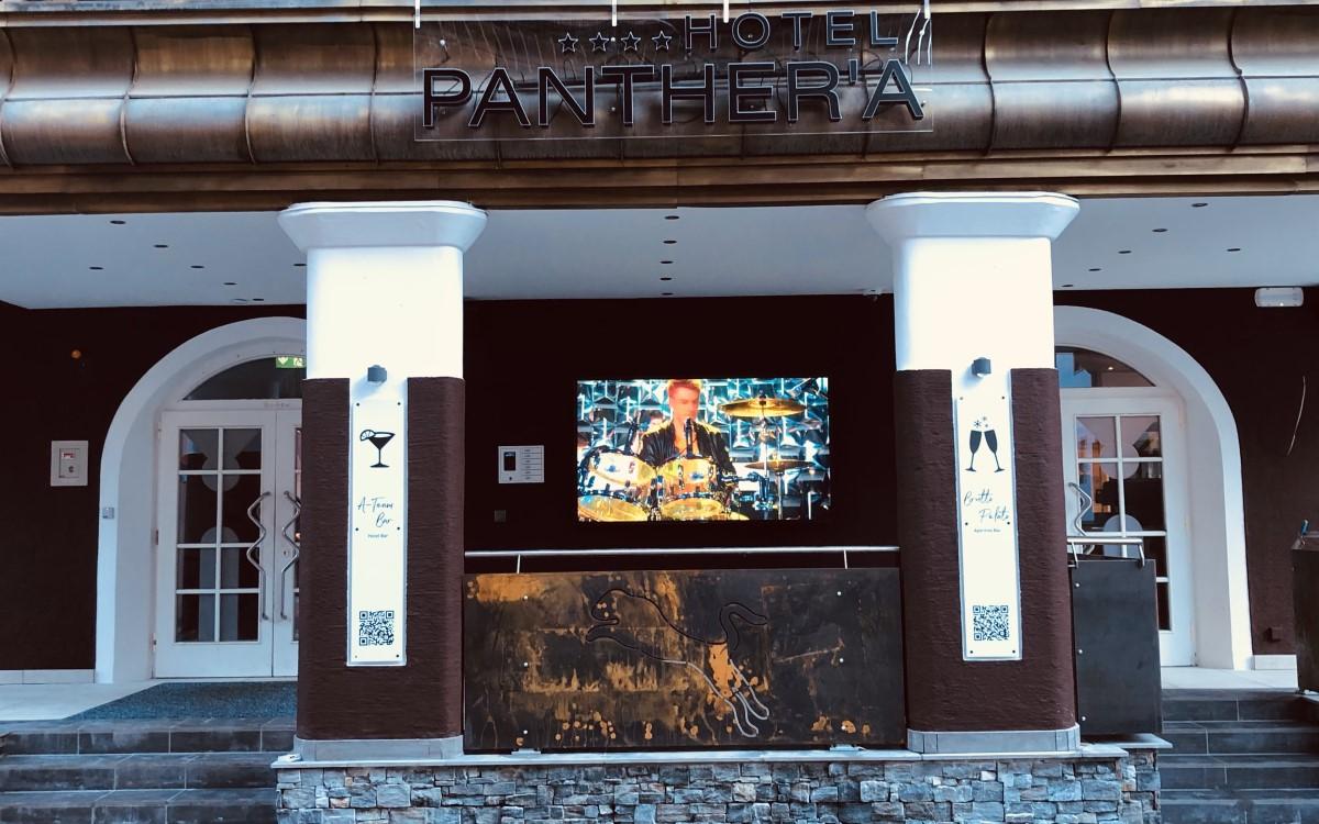 """Der neue 86""""-UltraView-TV des Hotel Panthera strotzt jedem Wetter (Foto: Peerless-AV)"""