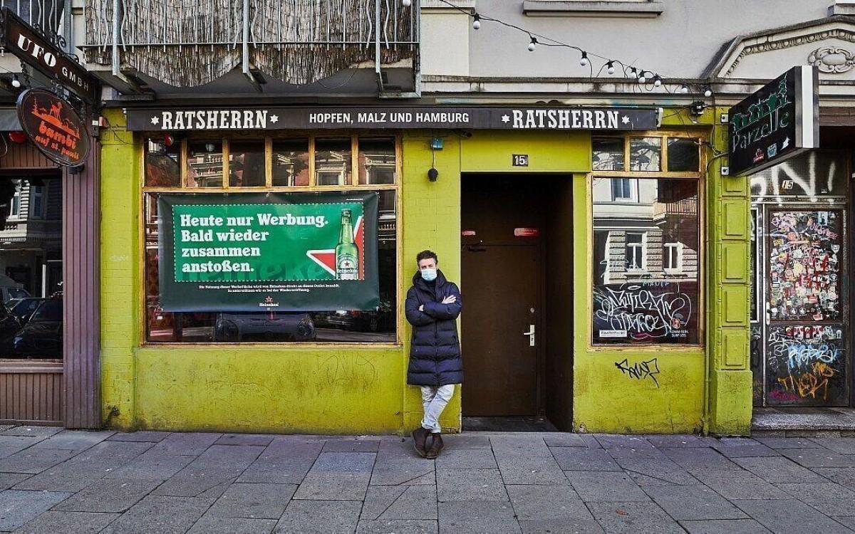 Mit Heineken im Schaufenster bis der Lockdown endet – Barinhaber Martin Konkel vor seinen beiden geschlossenen Lokalen Bambi und Parzelle in Hamburg (Foto: Heineken/Julia Schwendner)