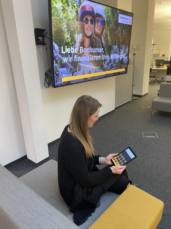 Tablet als digitaler Kundenempfang, bis der Berater frei ist (Foto: Grassfish)