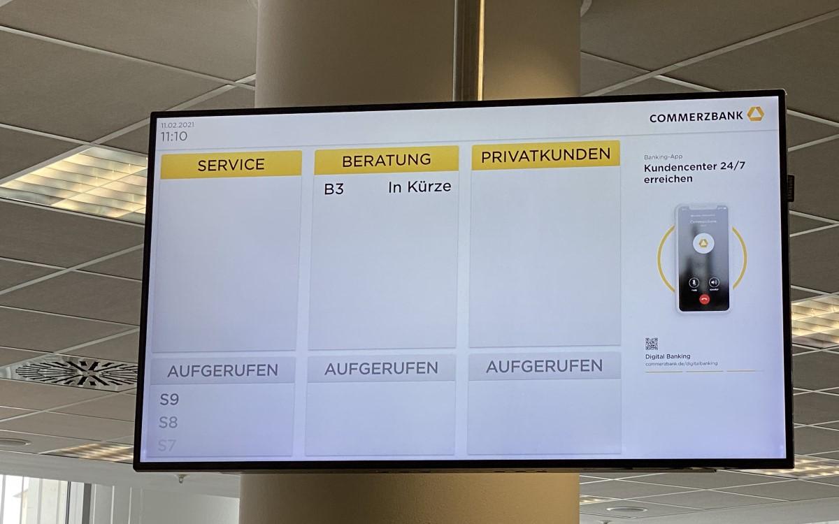 Digital Signage für Commerzbank mit Wartemanagement von Grassfish (Foto: Grassfish)