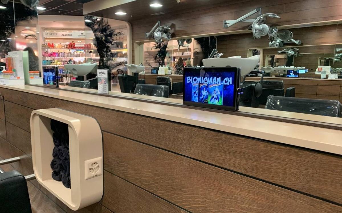 BIONICMAN auf einem smadooh Screen in einem Schweizer Frisörsalon (Foto: smadooh Media)