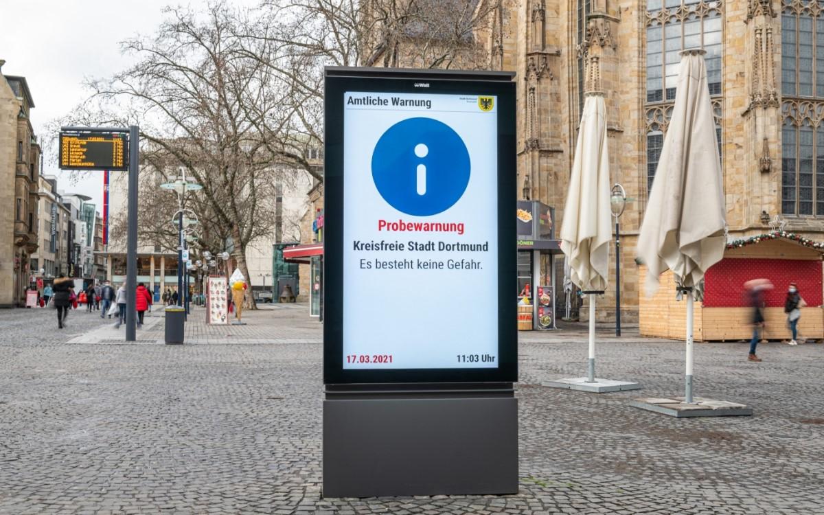 City-Stele von Wall in Dortmund beim Test des bundesweiten Warnsystems (Foto: Wall)