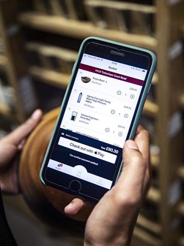 MishiPay gibt Kunden die Möglichkeit, ihre Einkäufe mit ihrem eigenen Mobiltelefon zu scannen und zu bezahlen (Foto: MishiPay)