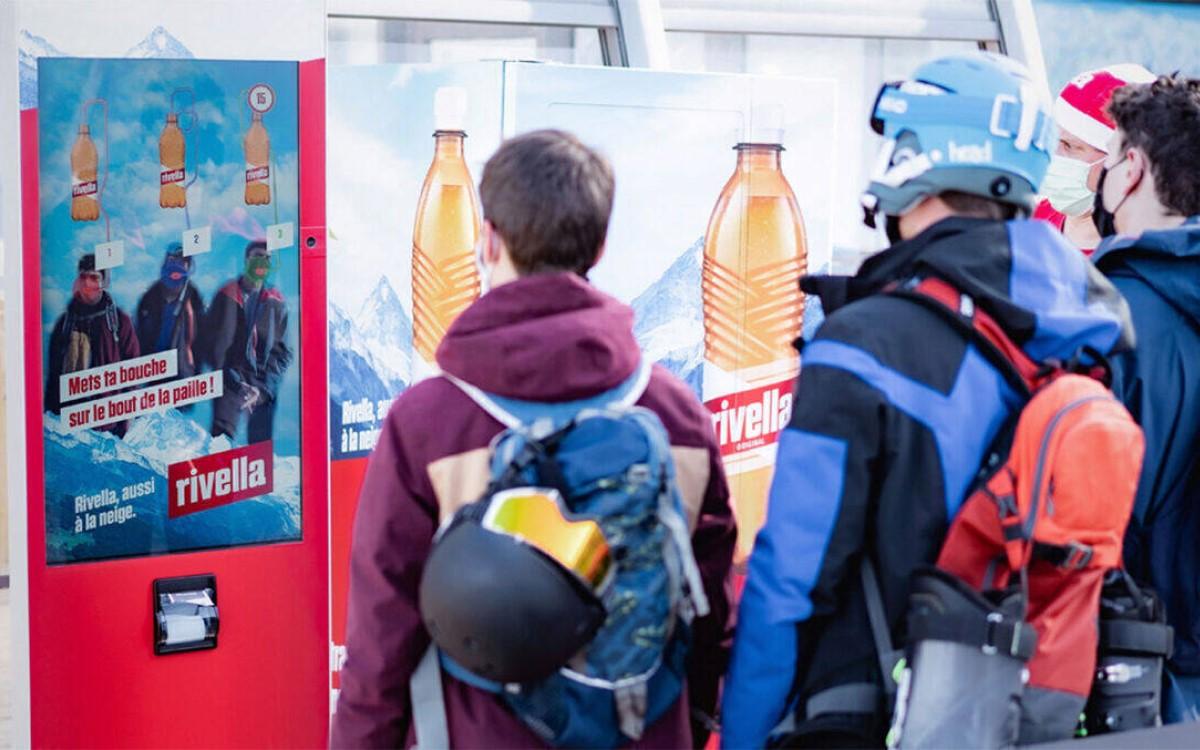 An den Rivella-Automaten in Schweizer Skigebieten kann via AR-Gamification um Getränkeproben gespielt werden (Foto: Rivella)