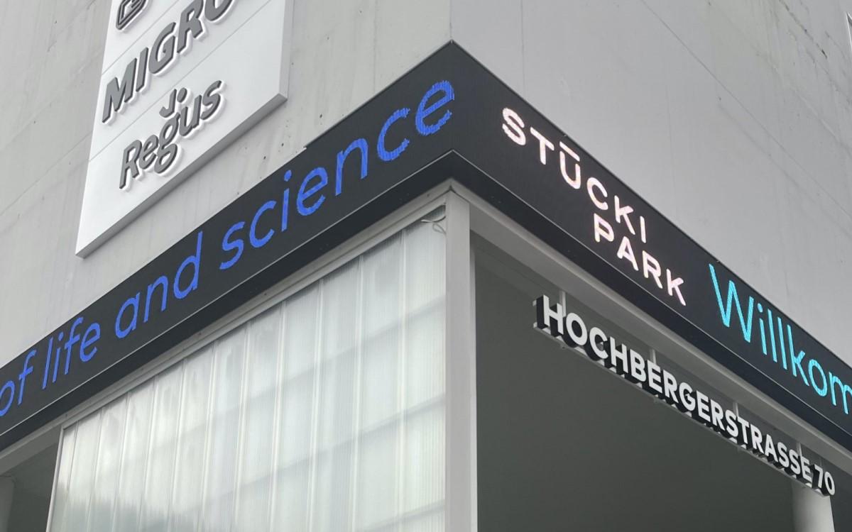 LED-Band mit Laufschrift um eine Turm-Ecke im Stücki Park Basel von RIchnerstutz (Foto: Richnerstutz)