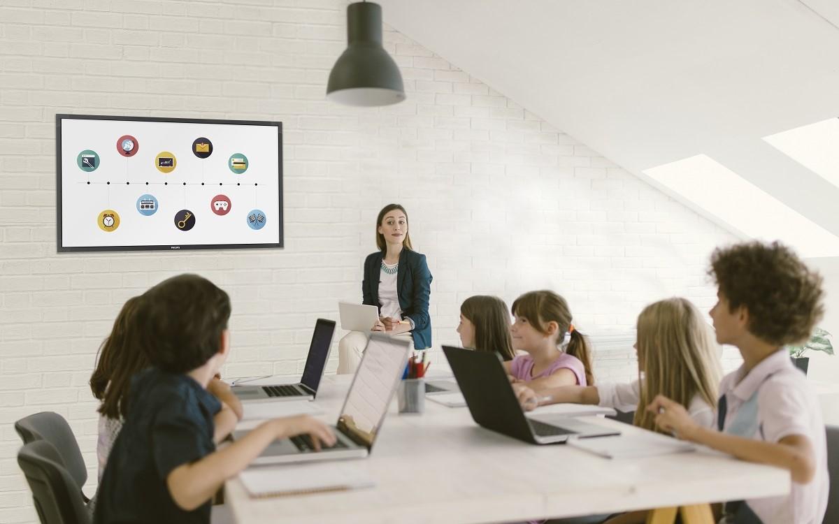 Philips T-Line Display von PPDS in einem Klassenzimmer (Foto: PPDS)