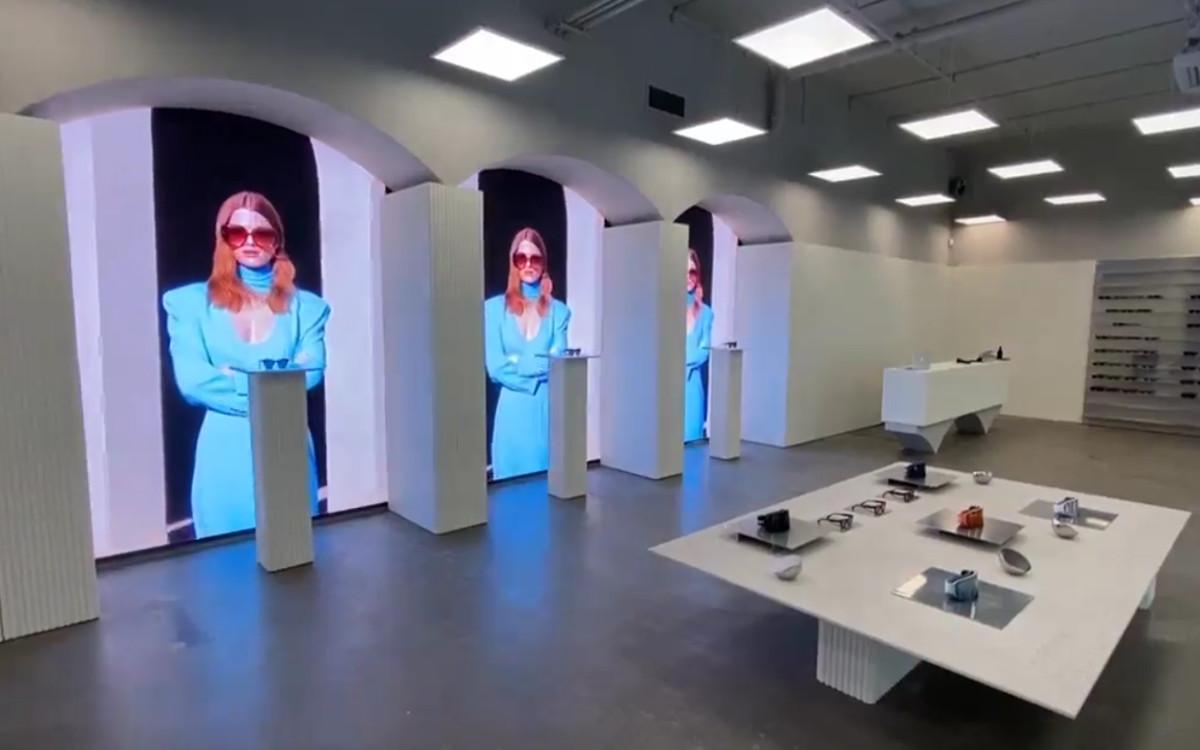 Die neuen LED-Walls stellen neben den Design-Sonnenbrillen definitiv das große Highlight im sonst minimalistischen Flagship von Chimis Eyewear in Stockholm (Foto: Screenshot)
