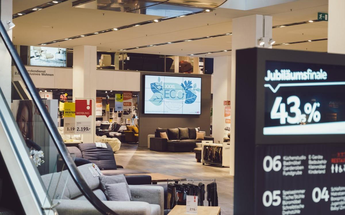 Digital Signage in den XXXLutz-Möbelhäusern mit kompas von Dimedis (Foto: Dimedis)