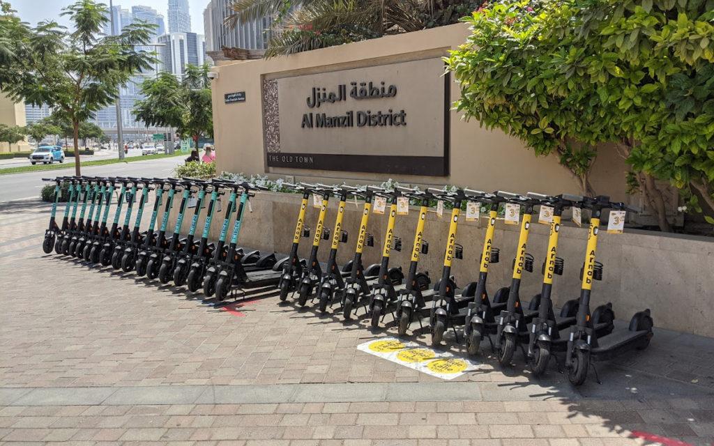 Miet-Scooter in Reihe und Glied in Dubai Downtown (Foto: invidis)
