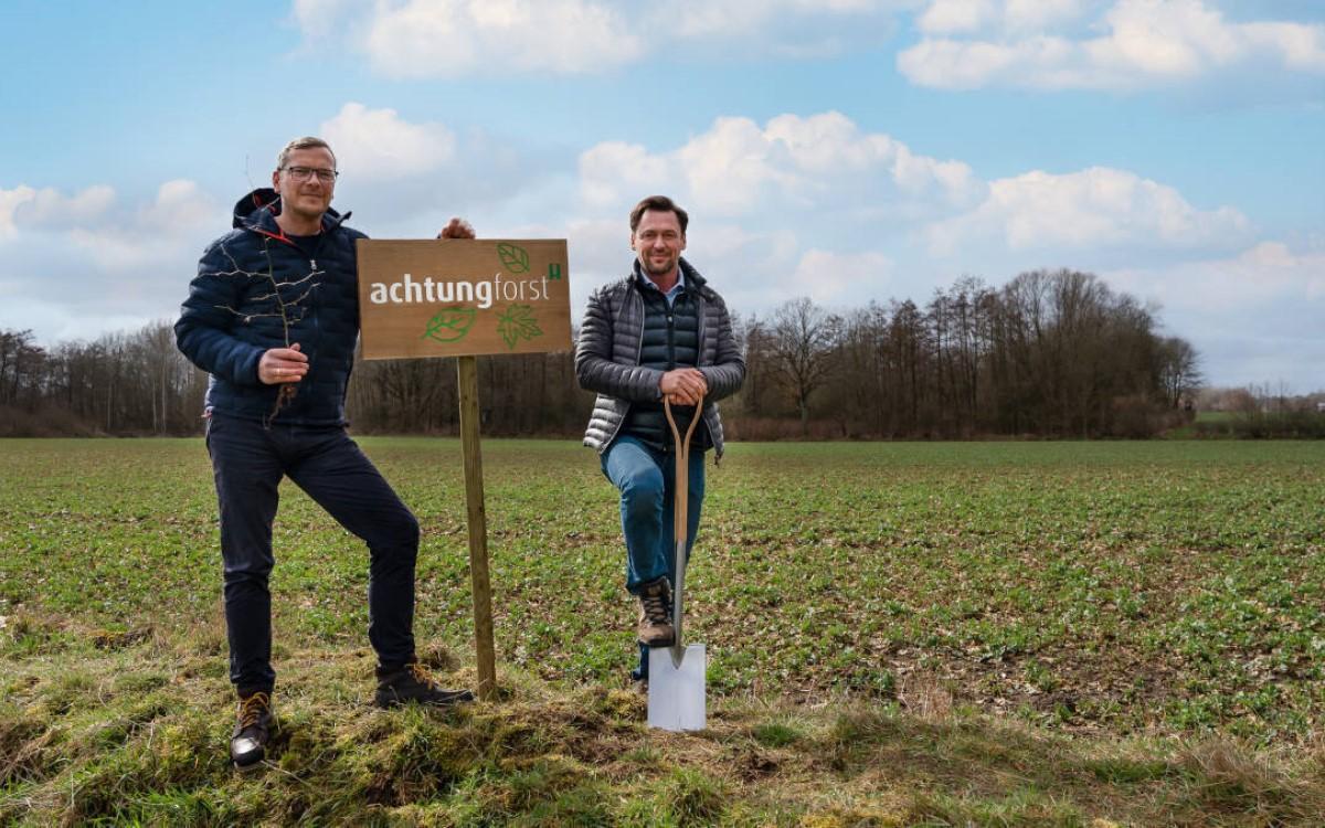 Achtung! Forst – CEO Mirko Kaminski (l.) und COO Thorsten Beckmann pflanzen die ersten Bäume (Foto: Achtung!)