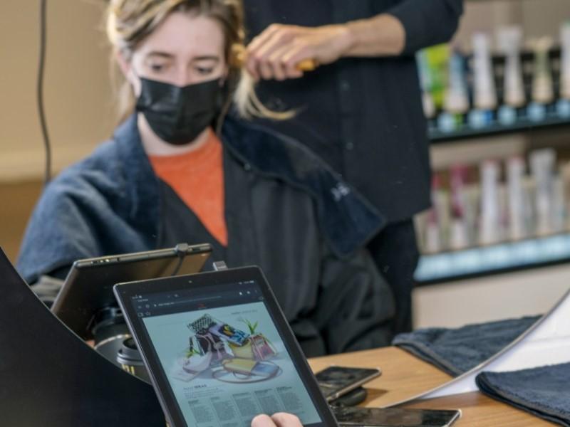 Kunden bekommen zur Unterhaltung ein Fire Tablet im Amazon Salon (Foto: Amazon UK)