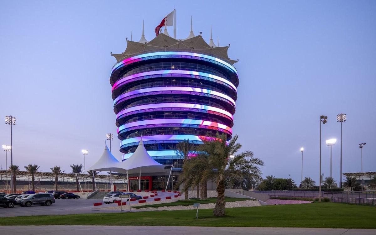 StandardVision hat de berühmten 10-stöckigen Clubhouse-Tower am Bahrain International Circuit 360 Grad mit über 8.000.000 LEDs eingehüllt (Foto: StandardVision)
