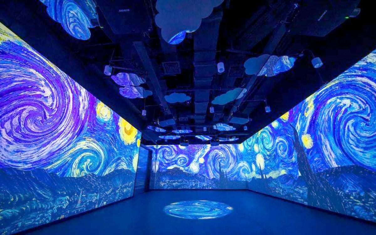 """Van Goghs """"Sternennacht"""" in der neuen """"Journey of Light and Shadow"""" am internationalen Flughafen Daxing in Peking, realisiert mit Projektoren von Christie (Foto: Christie)"""