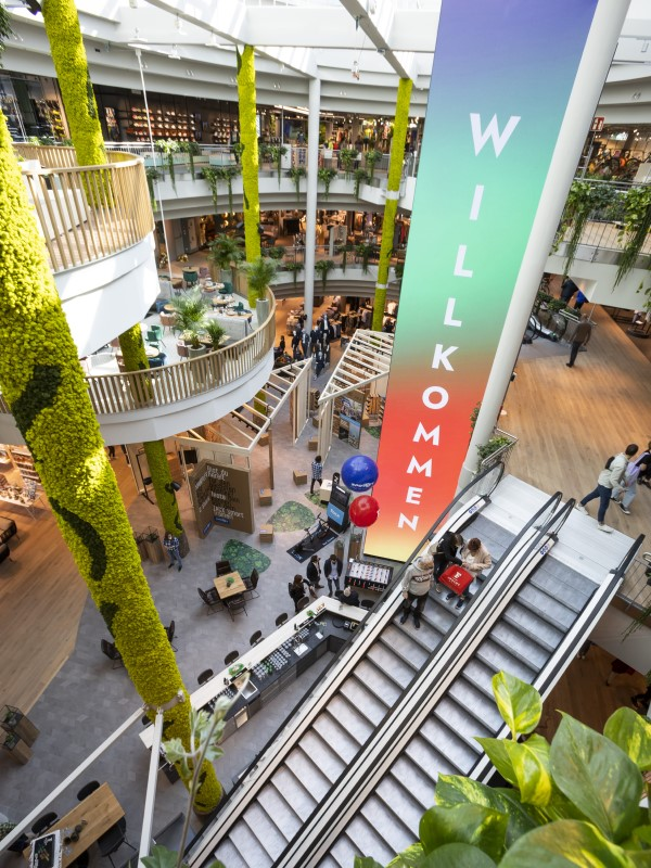 30qm LED-Wasserfall im Zentrum des Fashion-Tempels in Innsbruck (Foto: Modehaus Feucht)