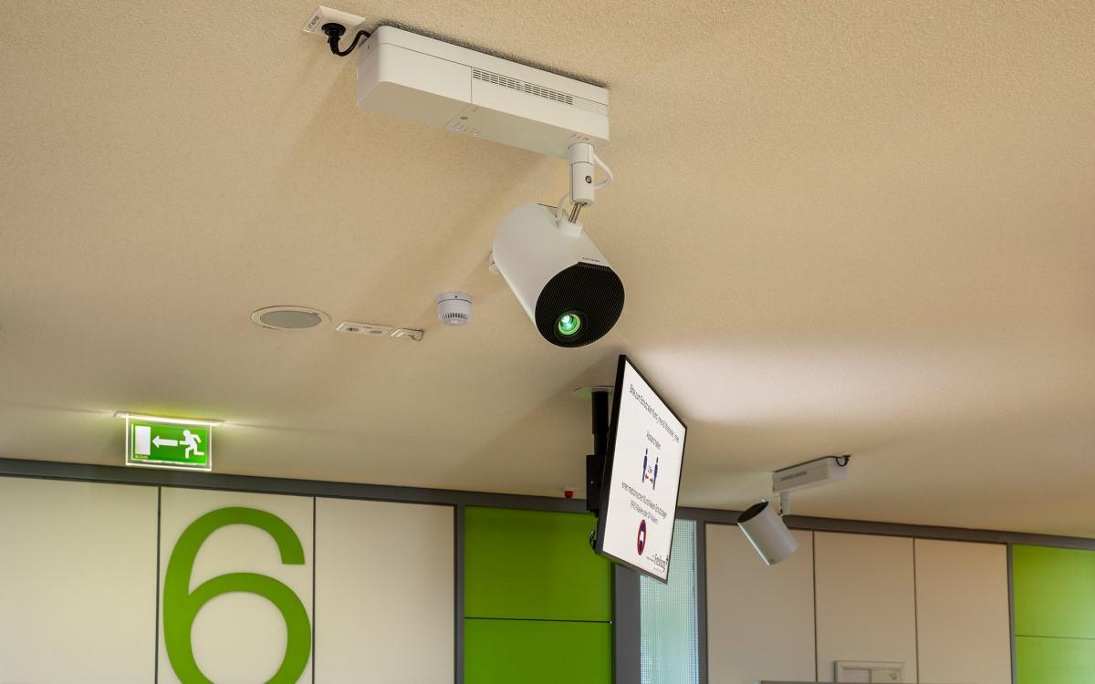 Die Stadt Freiburg setzt zur Besuchersteuerung auf Epson Projektoren und will das System bald um Echtzeit-Wayfinding erweitern (Foto: Epson)