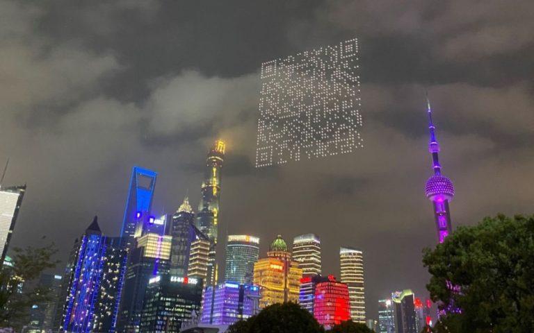 Drohnen zeichnen für Cygames einen QR-Code in den Himmel von Shanghai (Foto: Twitter @alvinfoo)
