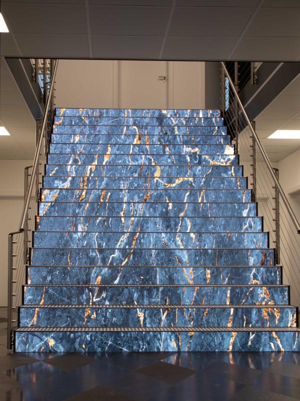 Produktvorführung auf der LED-Treppe bei Natursteinhändler Steinmann (Foto: Ledall)