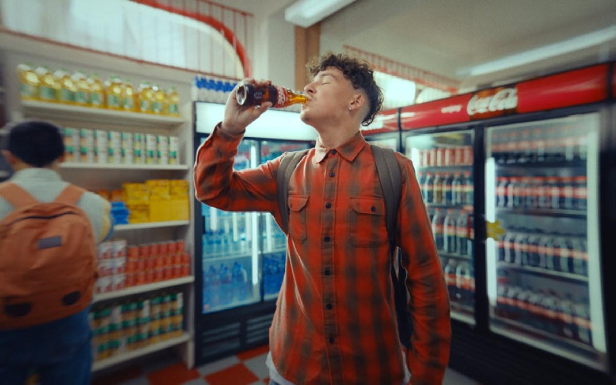 """Bild aus der aktuellen Kampagne """"Open That Coca-Cola"""" (Foto: Coca-Cola)"""
