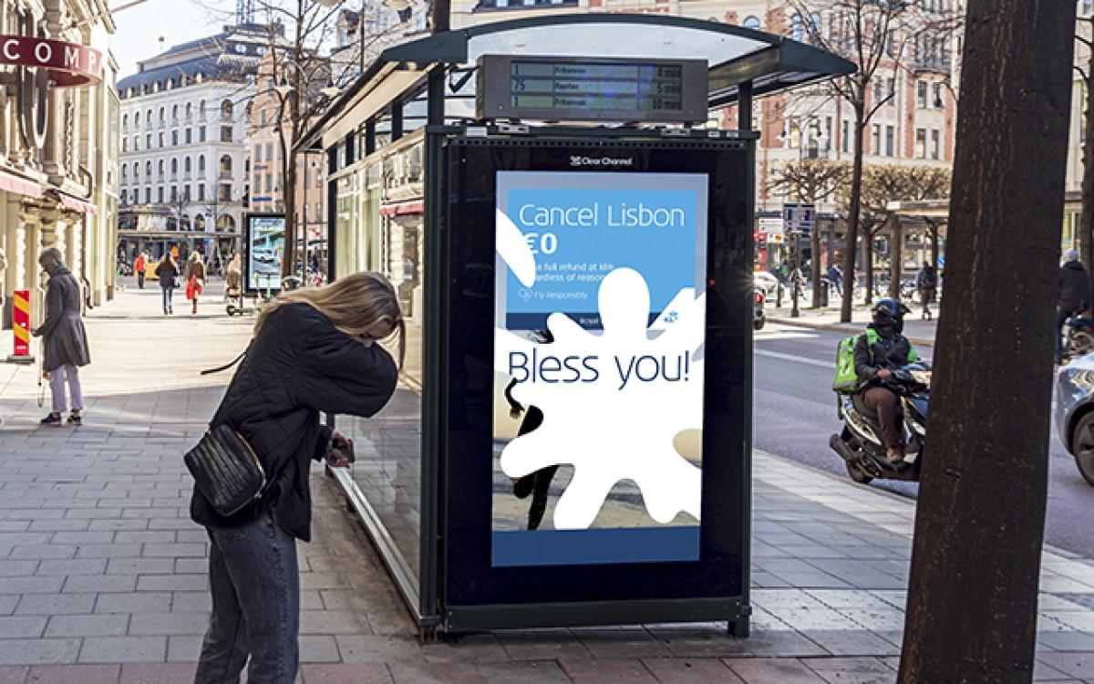 Gesundheit! – In Stockholm reagieren Stelen von ClearChannel derzeit auf Niesen und Husten und spielen entsprechende Botschaften von KLM aus (Foto: ClearChannel)