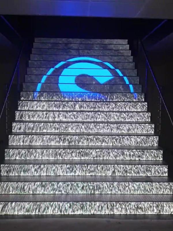 Die LED-Treppe im Übergang vom Steinmann Logo in einen Wasserfall (Foto: Ledall)
