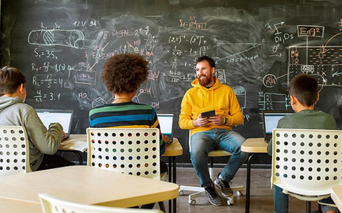 Auch nach zwei Jahren Digitalpakt geht die Digitalisierung in Schulen nur schleppend voran – In einem Webinar zeigt Macom die hürden auf (Foto: Macom)